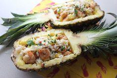 Tropikalna sałatka z krewetkami podana w wydrążonym ananasie