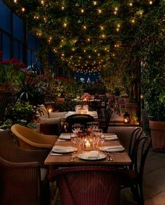 """the """"sitting room"""" and private roof bar at Gramercy Park.Observe the """"sitting room"""" and private roof bar at Gramercy Park. Decoration Restaurant, Restaurant Design, Restaurant Bar, Vintage Restaurant, Outdoor Restaurant Patio, Outdoor Dining, Dining Table, Rooftop Garden, Rooftop Bar"""