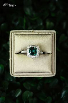 I would LOVE an emerald ring like this for my right hand someday <3