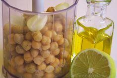 Parmi les recettes végétariennes faciles et succulentes, le Houmous devrait selon moi gagner une palme! Originaire du Liban, cette crème de pois chiches riche en protéines s'est largement répandue sur tous les continents. Dans ma recette j