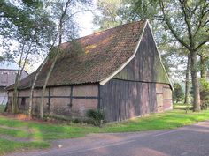 Meddo bij Winterswijk, de Gelder Esch, vakwerkschuur uit ca 1900 Zen, Old Farm Houses, Modern Buildings, Stables, Holland, Farmhouse, Cabin, Architecture, House Styles