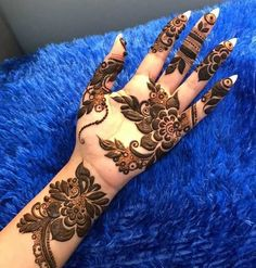 Bold Arabic Mehendi Design With Flowers And Leaves Best Beautiful Front and Back Hand Mehndi Designs For Bridal! Mehndi Designs Front Hand, Modern Henna Designs, Khafif Mehndi Design, Arabian Mehndi Design, Floral Henna Designs, Latest Arabic Mehndi Designs, Stylish Mehndi Designs, Indian Mehndi Designs, Mehndi Design Photos