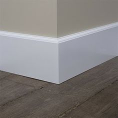 Kraalplint met parketvloer en taupe tint op de muur. Mooi contrast! Baseboard Styles, Baseboard Trim, Baseboards, Baseboard Ideas, Interior Trim, Interior Design Living Room, Greige, Happy New Home, Floor Trim