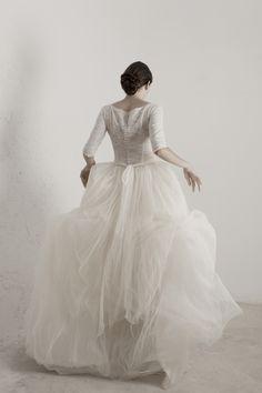 CORTANA. Matilda. Vestido  de novia en tul de seda con encaje y forro de seda en la parte superior y con manga tres cuartos y con abotonadura en la parte posterior. La falda tiene varias capas de organza para dar un mayor volumen.