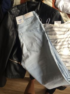 Jegging, leer jacket en wit grijs shirt. Blauwe sneakers