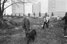 Fotocollectie » Politieagenten en een hondengeleider met een politiehond voor de gebouwen van de…   gahetNA