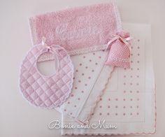 Sábanas con bodoques y festones en rosa. Toalla, babero y bolsa chupete. Bonito conjunto ¿Verdad?