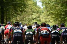 Le Tour de France @letour 3 hommes en tête, le peloton ralenti l'allure / 3 men in the lead, the pack is slowing the pace #TDF pic.twitter.com/E0ki52mTce