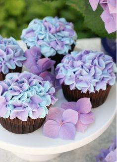 petits gâteaux décorés de crème fraîche pourpre Plus