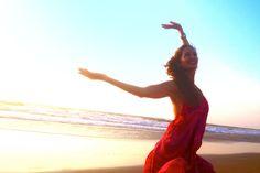 """Freitag, 02. Dezember 2016 I 20:00 Uhr bis 22:00 Uhr I """"Dance This"""" mit Subhi ist für alle, die freies Tanzen lieben. Es befreit deinen Körper, öffnet dein Herz und beglückt deine Seele. Freies Tanzen wird zur Meditation, wenn du die Wahrnehmung nach innen richtest. Lass dich in deinen Körper und deine Gefühle eintauchen und erlaube dem, was im Moment da ist, tanzend Ausdruck zu geben – sanft, wild, leidenschaftlich oder still. Vertraue der Weisheit und der heilenden Kraft deines Körpers…"""