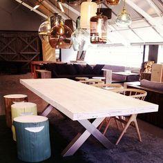Nytt bord uten navn. Forslag? #tømmerkrakker i alle farger, lamper fra #ebbandflow og stoler fra @sibastfurniture #drivved #drivvedland #gjenbruksmaterialer #elskerdet #påbestilling #håndlagetavoss #barefordeg