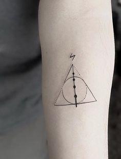 Tatuagem Harry Potter: 80 tattoos para eternizar seu amor pela saga Harry Potter Tattoo: 80 tattoo options to perpetuate your love for the saga Mini Tattoos, New Tattoos, Body Art Tattoos, Small Tattoos, Tatoos, Friend Tattoos, Temporary Tattoos, Small Harry Potter Tattoos, Always Harry Potter Tattoo