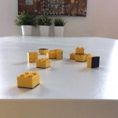 8 objets a ramener de brocante - DIY aimants Lego - www.pierrepapierciseaux.be Diy Magnets, Decoration, Floating Shelves, Home Decor, Magnets, Objects, Bricolage, Decor, Decoration Home