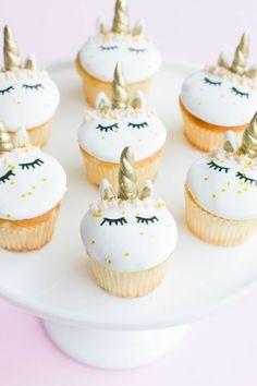 Who else has unicorn cupcakes on their 2017 baking goal list? But now I can finally check this one off!) Does anyone else feels that this is the OFFICIAL hottest year ever for the unicorn trend? From donuts, cakes, cupcakes, interior decor…you n Unicorn Cupcakes, Birthday Cupcakes, Mini Cakes, Cupcake Cakes, Fondant Cupcakes, Cute Cupcakes, Cupcakes Design, Cupcakes Decorados, Savoury Cake