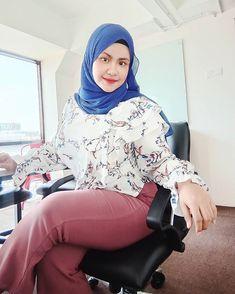 No more fake account 💯 ( Hijab Jeans, Girl Hijab, Beautiful Hijab, My Goals, Amazing Women, Photo And Video, Beauty, Instagram, Hana