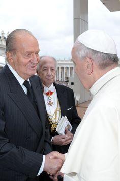 Su Majestad el Rey Juan Carlos I saluda a Su Santidad el Papa Francisco después de la canonización de los Papas Juan XXIII y Juan Pablo II