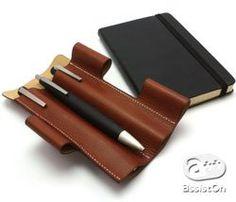 携帯しやすく必要な時にペンの取り出しがすぐ出来るペンケースの新しい形 Leather Art, Leather Gifts, Sketch Box, Leather Pencil Case, Pen Design, Stationery Pens, Calligraphy Pens, Pen Case, Leather Projects