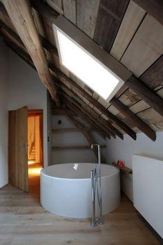 design de la petite salle de bains en bois sous les combles
