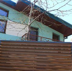 Gard metalic din panou lamelar de culoare maro. Industrial, Urban, Architecture, Metal, Arquitetura, Industrial Music, Metals, Architecture Design