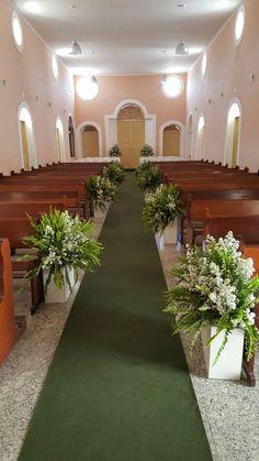 Arranjos igreja (corredor): gamelas baixas com samambaias e sorrisos de Maria. Linda combinação, e econômica. Também criação de Tainan Santana.