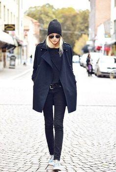 Schwarzer Mantel, Schwarzer Pullover mit Rundhalsausschnitt, Schwarze Enge Jeans, Hellblaue Niedrige Sneakers für Damen