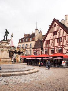 La ville de Dijon renferme de nombreuses histoires à découvrir en se baladant dans ses rues. Un arrêt à faire lors d'un voyage en France! Dijon France, Places Around The World, Around The Worlds, Senior Trip, Hospice, Rues, Luxury Lifestyle, Wonders Of The World, Beautiful Places