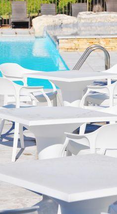 Une #terrasse #moderne au bord de la #piscine pour des moments conviviaux #blanc #white #jardin #meuble