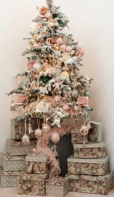 lovely christmas tree decoration ideas as a great inspiration 44 Victorian Christmas Decorations, Victorian Christmas Tree, Pink Christmas Tree, Indoor Christmas Decorations, Shabby Chic Christmas, Christmas Tree Themes, Noel Christmas, Gold Decorations, Vintage Christmas
