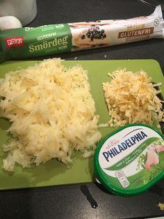 """Potatisrulle smördeg på rulle philadelphiaost med valfri smak. 6 potatisar kokta i c 15 minuter å sedan rivna. Riven västerbottenost(nån dl) Bred philadelphian på smördegen, lägg på ett lager potatis å den rivna osten. Rulla i hop å """"fäst"""" i hop kanterna på rullen. Pensla med uppvispat ägg å grädda tills den fått färg.(olika på olika smördeg har jag märkt, ungefär 15 minuter kanske, men läs på förpackningen. :D) No Cook Appetizers, Appetizer Recipes, Good Food, Yummy Food, Tasty, Vegetarian Recipes, Cooking Recipes, Swedish Recipes, Small Meals"""