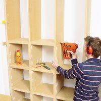 Denne hylla kan alle lage! Å bygge bokhyllen er enkelt og det er gjort på en helg. Du trenger heller ikke spesialverktøy, og du lager den uten å sage.