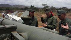 El ministro de Defensa, general en jefe Vladimir Padrino López, inspeccionó el sistema de armas ruso antes de la prueba.