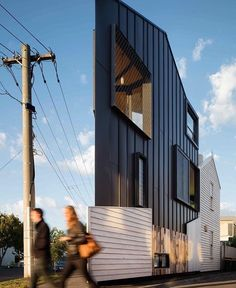 Architecture turned a rundown Victorian weatherboard cottage into a jaw-dropping compact home on a tiny triangular lot in Melbourne. Flatiron Building, Architecture Résidentielle, Australian Architecture, Melbourne Architecture, Australian Homes, House Built, Beautiful Homes, Villa, Cottage
