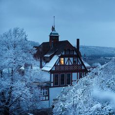 What #ChristmasDay does not look like today in New York. The photographer @ilvynjio captured the first snow of the season as seen from the castle Schloss HohenTübingen in Tübingen a town of about 90000 tucked in the southwest corner of #Germany. @nytimestravel explored #Tubingen which boasts relatively untouristy pedestrian streets half-timbered Gothic buildings and Schloss HohenTübingen an 11th-century castle. Follow @nytimestravel to see more photos from around the world. by nytimes