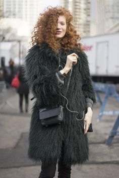 This pairing of a dark green fur coat and black skinny pants is very easy to put together in no time, helping you look chic and ready for anything without spending too much time digging through your closet. New York Fashion Week Street Style, Nyfw Street Style, Model Street Style, Autumn Street Style, Cool Street Fashion, Green Fur Coat, Black Skinny Pants, Style Snaps, Star Fashion
