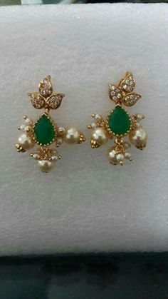 Emerald and diamond earrings Gold Jhumka Earrings, Gold Earrings Designs, Gold Jewellery Design, Diamond Earrings, Indian Wedding Jewelry, Bridal Jewelry, India Jewelry, Simple Earrings, Beaded Jewelry