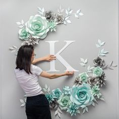 Blue and silver paper flower photo wall Tissue Paper Flowers, Paper Flower Backdrop, Wall Of Paper Flowers, Flower Wall Decor, Flower Decorations, Diy Photo Backdrop, Alternative Bouquet, Paper Flower Tutorial, Flower Photos