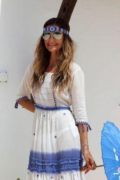 Boho-Chic-Mode-Weiß-kleid-blau-accessoires-verspiegelte-sonnenbrille-bestickt