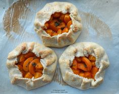 Mini galette cu cimbru și caise.  Thyme and apricots mini galettes.