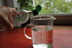 viangre-hongos n un envase, agrega el alcohol y el agua oxigenada o el peróxido de hidrógeno, dependiendo de lo que hayas conseguido.Luego añade el vinagre blanco.