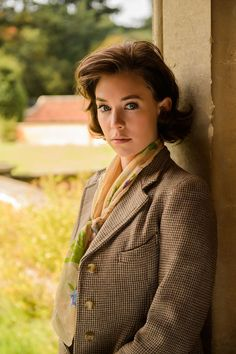 """Tom Cruise falls for Mission Impossible Co-star Vanessa Kirby who is amazingly working in the Netflix series """"The Crown"""" as the role of Princess Margaret. Moda Vintage, George Vi, Matt Smith, Helena Bonham Carter, Pincesse Margaret, The Crown Season 1, Vanessa Kirby The Crown, The Crown 2016, Crown Tv"""