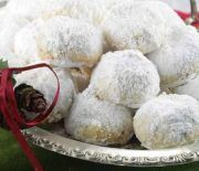 Kourabiedes: This traditional Greek Christmas cookie is also served at weddings and baptisms. Greek Recipes, My Recipes, Cookie Recipes, Greek Christmas, Christmas Sweets, Greek Cookies, Christmas Cookies, Marzipan, Greek Sweets
