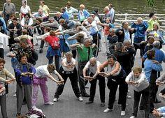 El ejercicio físico moderado y adaptado a cada paciente puede favorecer a la recuperación de un ictus. Un grupo de ancianos participa en un programa de gimnasia en grupo.