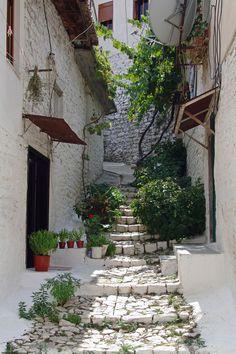 Pasear por las hermosas calles de Berat (Albania), otra forma de vivir una Travesía Mediterránea.