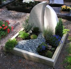 Grabgestaltung ashes would be happy in this little garden. Landscaping With Rocks, Garden Landscaping, Tombstone Designs, Grave Decorations, Cemetery Flowers, Front Yard Design, Memorial Stones, Garden Pictures, Pet Memorials