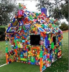 Find, Make, Do. Little Recycled Plastic & Toys House by Jane Gillings. Incredible amount of work went into this ; Fun Crafts, Diy And Crafts, Toy House, Free To Use Images, Recycled Art, Repurposed, Reuse Recycle, Old Toys, Craft Activities