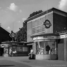 Eastcote Station, in 1939 ~ Architect Charles Holden London Underground Tube, London Underground Stations, London Architecture, Education Architecture, Bauhaus, Old London, Vintage London, London City, Tube Stations London