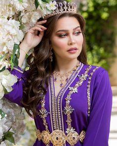 "2,544 Me gusta, 30 comentarios - Abir Berrani (@abirberraniofficiel) en Instagram: ""كيف جاكم هاد اللوك ؟ قفطان و اكسسوار @negafa_dar_belkhayat مكياج @imane__makeup فوتوغرافر…"" Morrocan Kaftan, Moroccan Dress, Morrocan Fashion, Oriental Fashion, Moroccan Bride, Arabic Dress, Caftan Dress, Embroidery Fashion, Caftans"