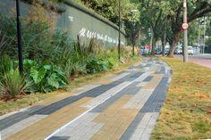 """Projeto """"Se essa rua fosse minha..."""" Calçada da Casa Cor 2015 assinada por Benedito e Felipe Abbud.  Piso Linha CITY - Coleção Arquitetônica - Modelo Lista - Cores: Amarelo, gelo e grafite."""