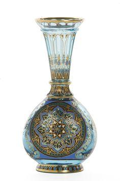 J. & L. Lobmeyr , fabrique, Vienne (Autriche), 1878 Matières et techniques: Verre soufflé émaillé en couleurs et or H.: 15 cm - L. : 8 cm - Prof. : 5 cm