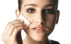 Aprenda de vez a limpar sua pele em casa  1. Demaquilante Antes de começar o processo de higienização, você precisa retirar os resíduos de produtos da pele. Essa é a hora de se livrar da maquiagem, protetor e hidratante. As fórmulas bifásicas e trifásicas são as mais eficientes e removem os produtos mais resistentes, como makes a prova d'água. Já os lencinhos e as fórmulas em gel ou a base de água são leves e ideais para eliminar o make do dia a dia. No truque: Uma dica ótima para se livrar…